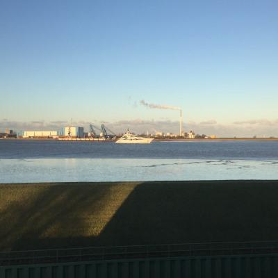 Blick auf Yacht vor Nordenham