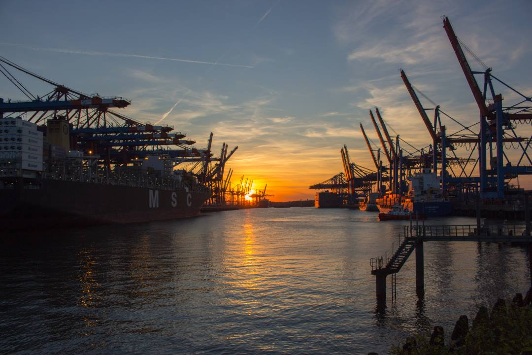 Container Terminal bei Sonnenuntergang